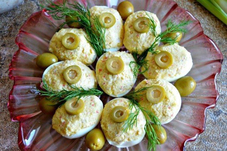 Фаршированные яйца - Чем накормить гостей рецепты