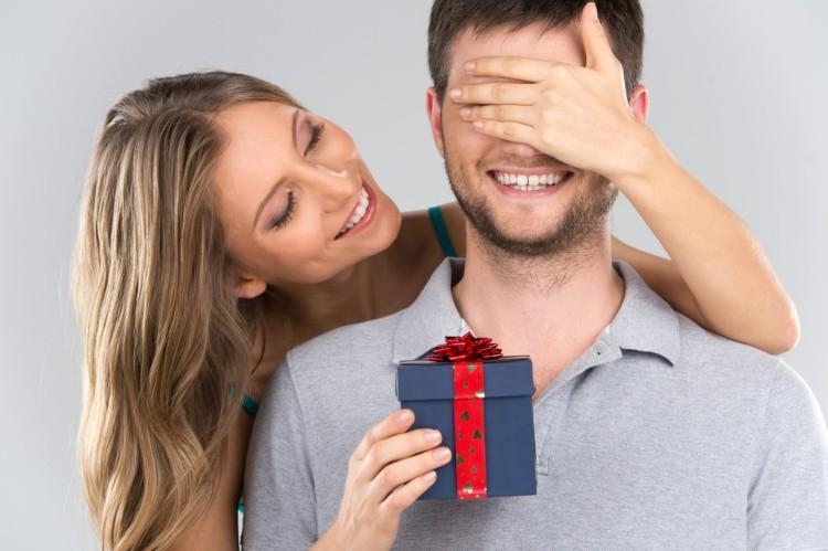 Что подарить мужчине на День рождения: 50+ лучших идей подарков