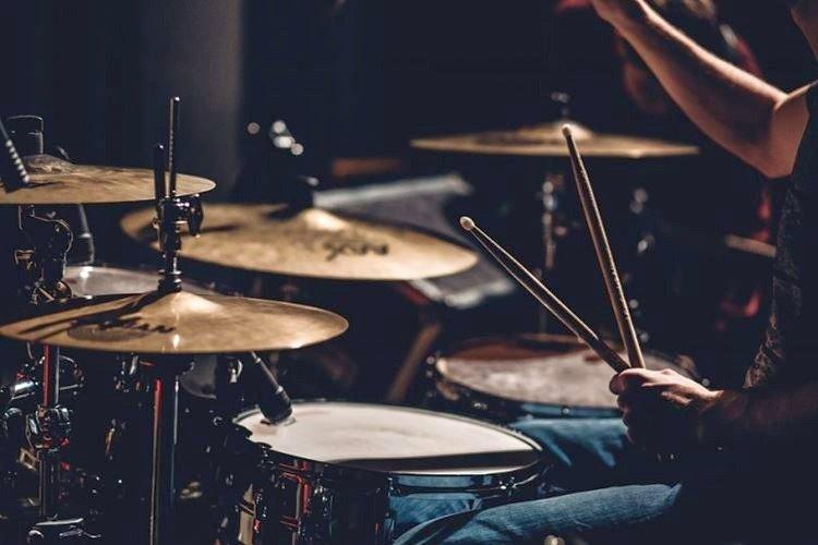 Урок игры на барабанах - Что подарить папе на День рождения от дочери