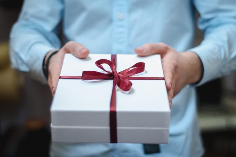 Что подарить жене на День рождения: 50+ лучших идей подарков
