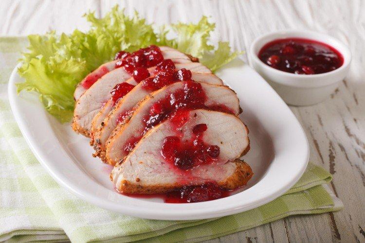 Филе индейки под ягодным соусом - Что приготовить из филе индейки рецепты