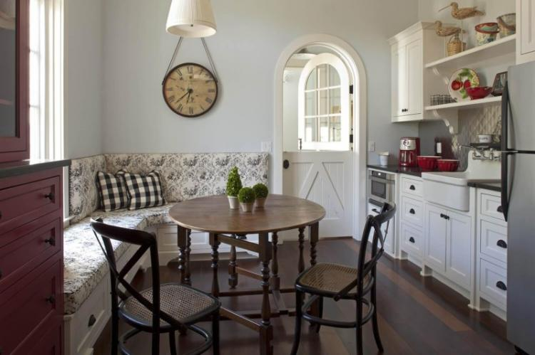 Мягкий диван - Дизайн кухни 12 кв.м.