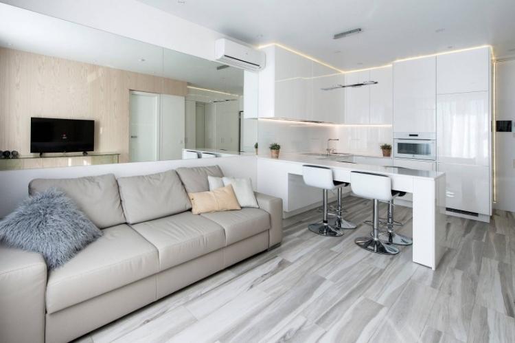 Больше зеркальных поверхностей - Дизайн кухни-гостиной