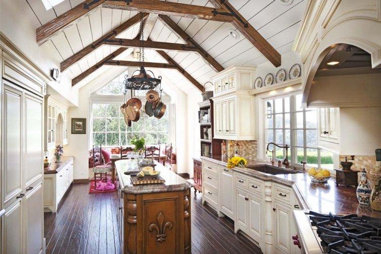 Отделка потолка - Дизайн кухни в стиле кантри