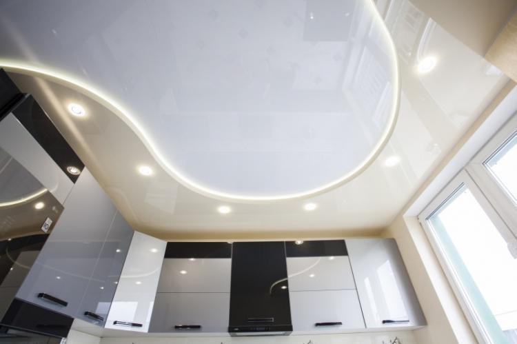 Парящий потолок - Дизайн маленькой кухни
