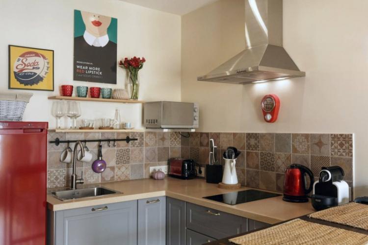 Минимум декора и аксессуаров - Дизайн маленькой кухни