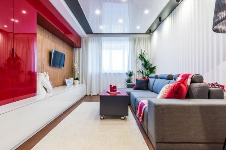 Дизайн потолка - Дизайн узкой гостиной