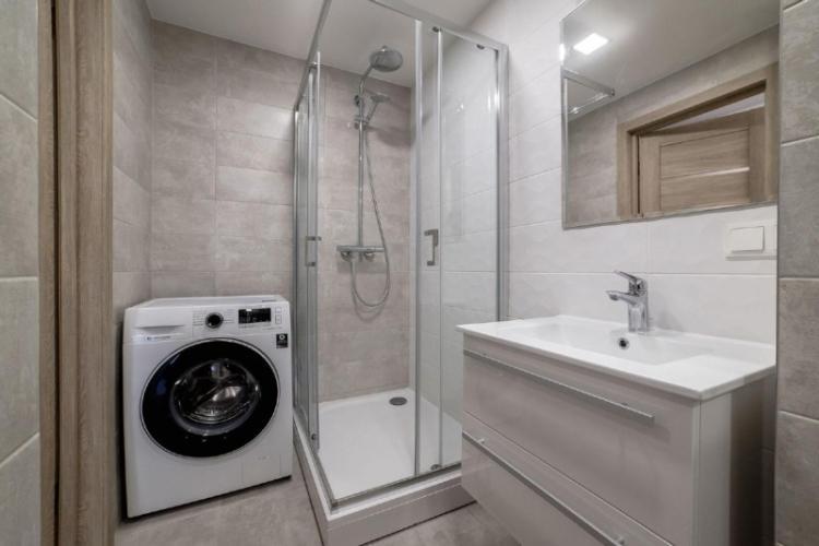 Дизайн потолка - Ванная с душевой кабиной