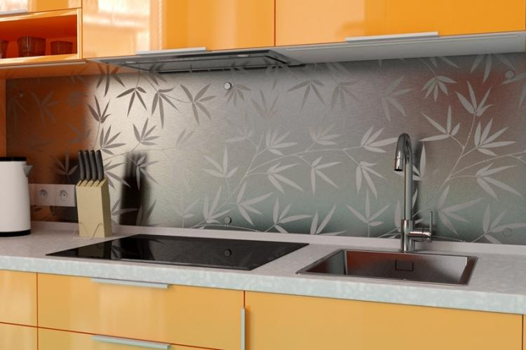 Фартук на кухне из металла