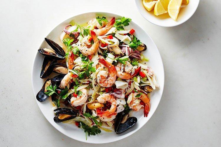 Салат из морепродуктов и крабовых палочек