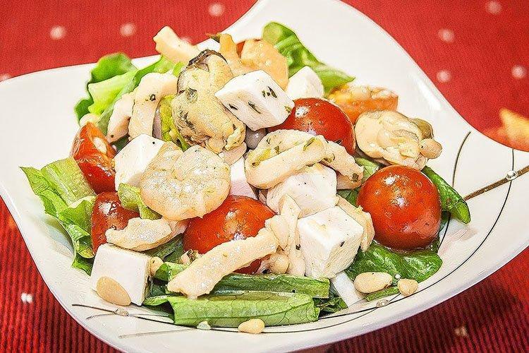 Салат из морепродуктов в масле