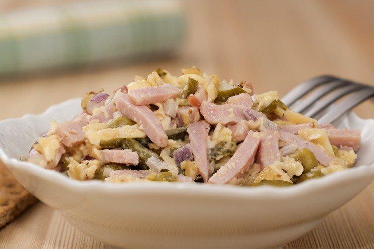 Салат с яйцами, ветчиной и солеными огурцами