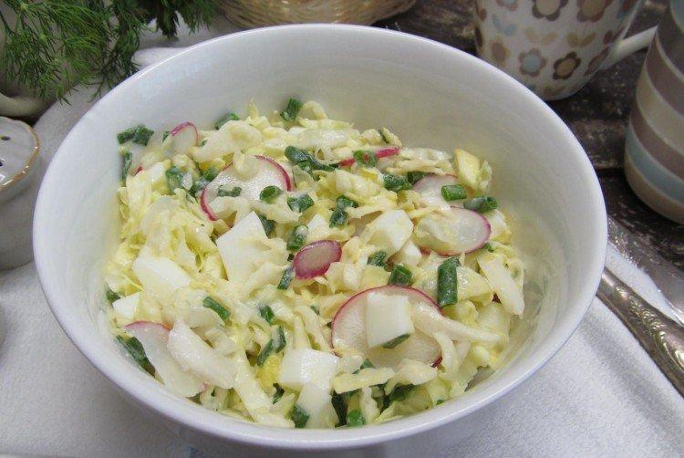Салат с яйцами и капустой