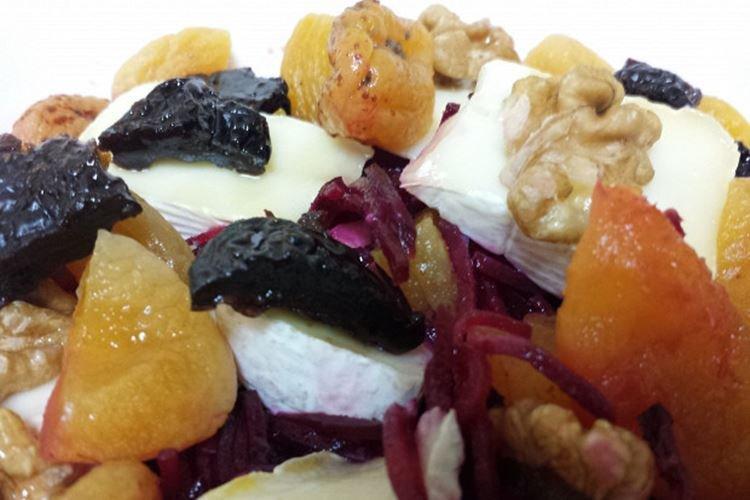 Сладкий салат со свеклой и сыром бри