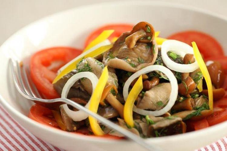 Салат с маринованными грибами и овощами
