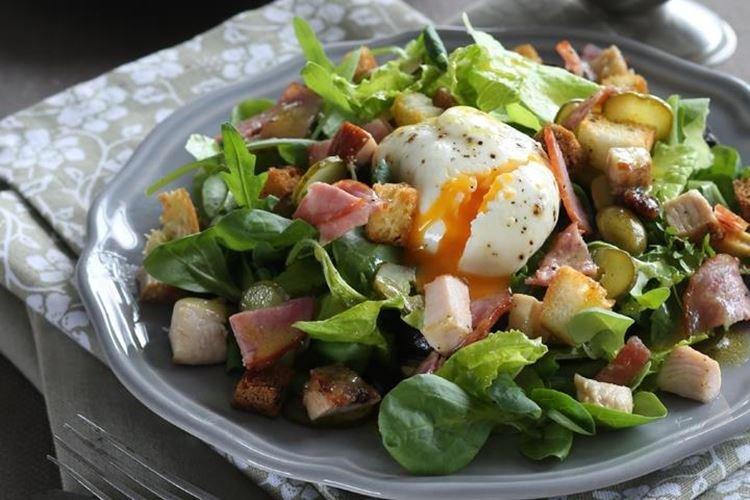 Салат с колбасой, зеленью и яйцом