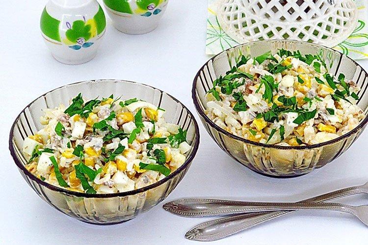 Салат из риса, рыбных консервов и ананасов