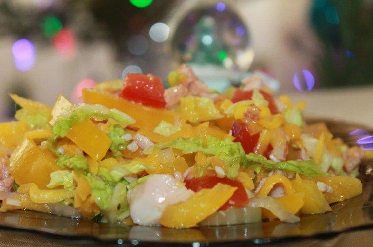 Салат с копченой курицей и манго