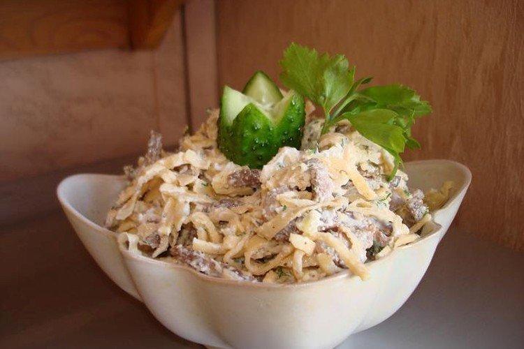 Итальянский салат с копченой курицей и блинчиками