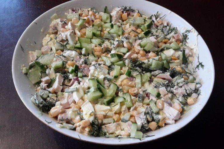 Салат с копченой курицей, огурцом и кукурузой