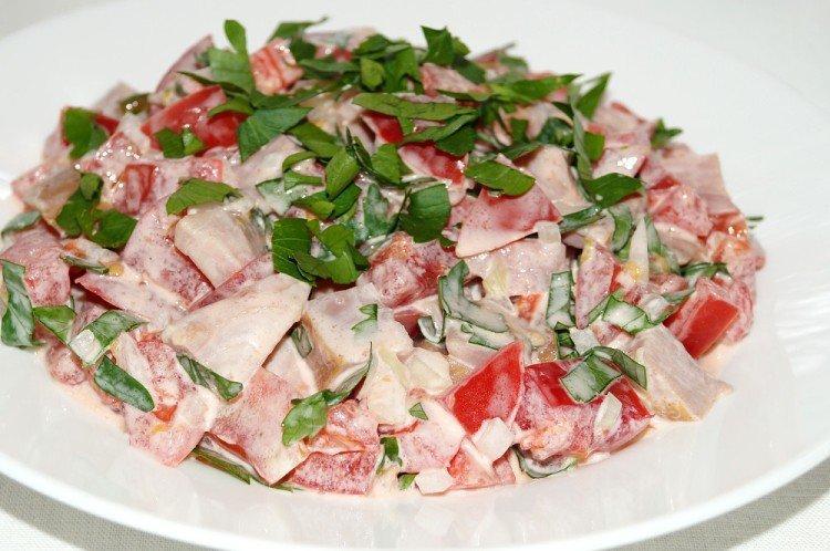 Салат с копченой курицей и томатами
