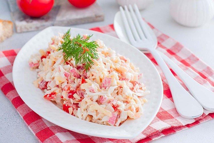 Салат с помидорами, моцареллой и крабовыми палочками