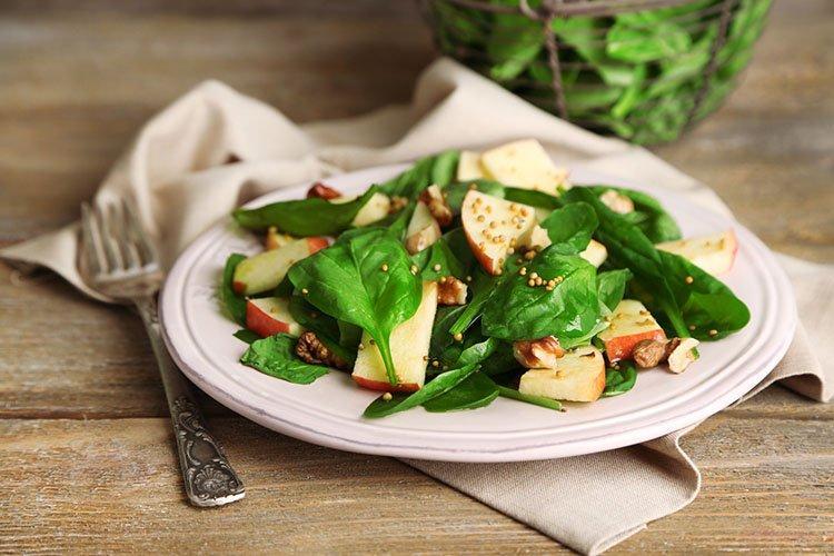 Салат со шпинатом, яблоками и орехами