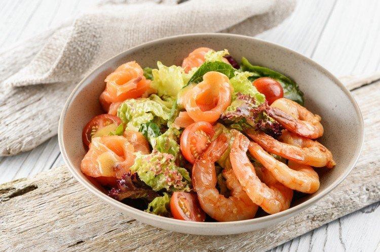 Салаты с красной рыбой и креветками: 15 простых и вкусных рецептов