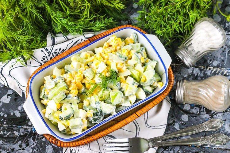 Салат с капустой, огурцами и авокадо