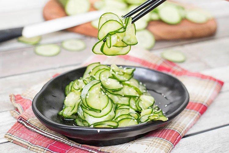 Салат с огурцами и чесноком