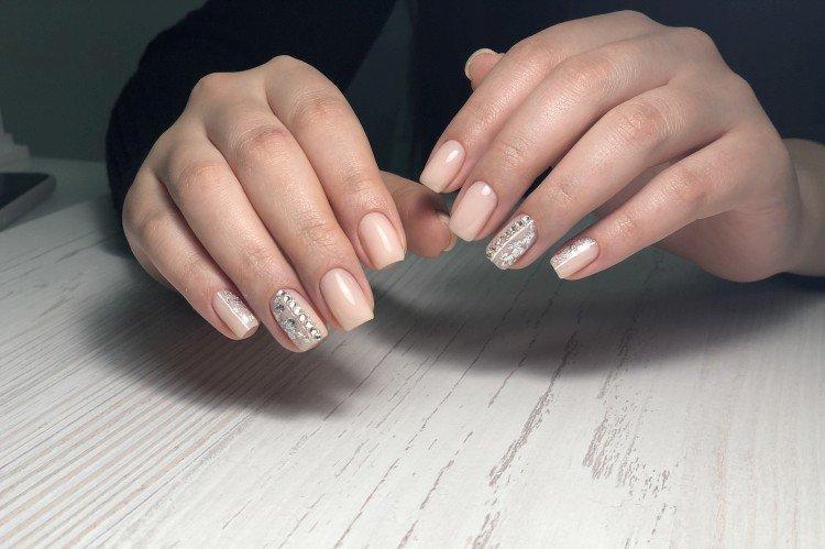 Нюдовый маникюр на квадратные ногти