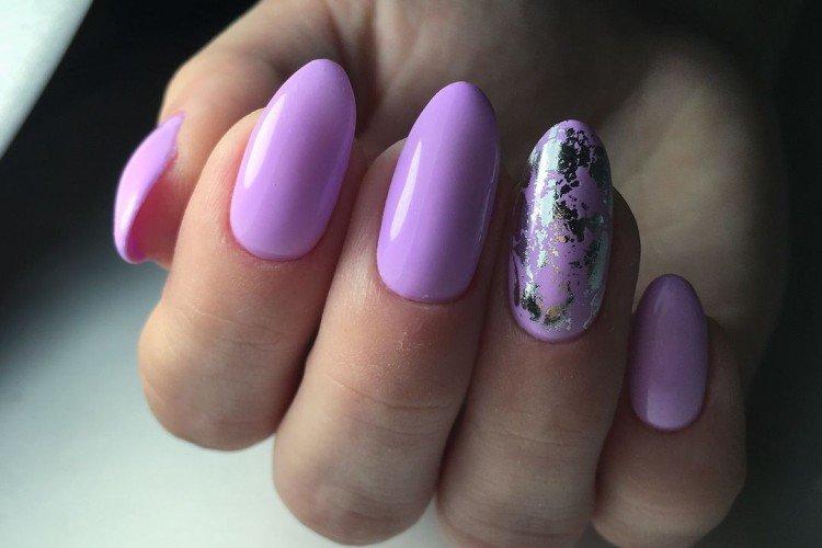 Фиолетовый маникюр с фольгой