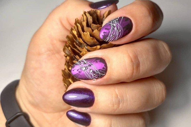 Фиолетовый маникюр с паутинкой