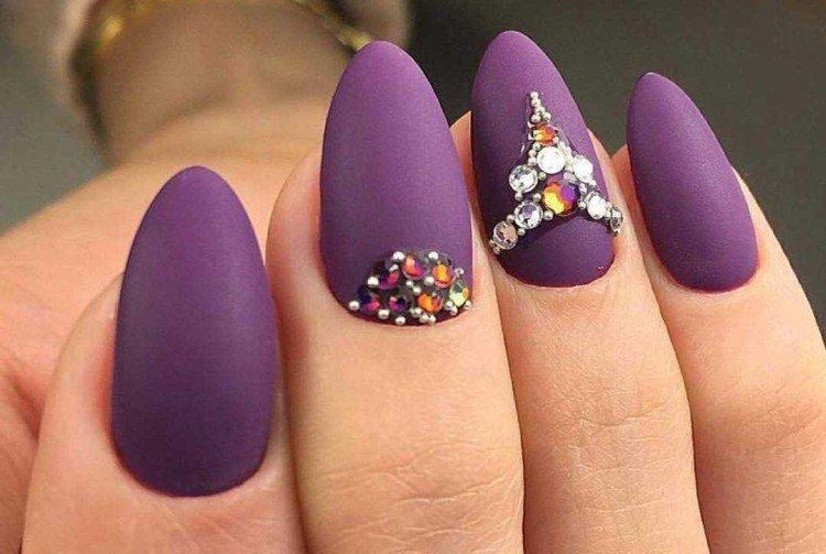 Фиолетовый маникюр со стразами и камнями
