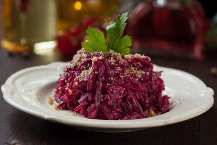 Домашний салат из свеклы и картофеля
