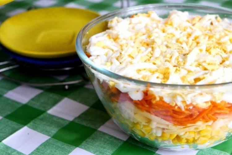 Слоеный салат из моркови и курицы