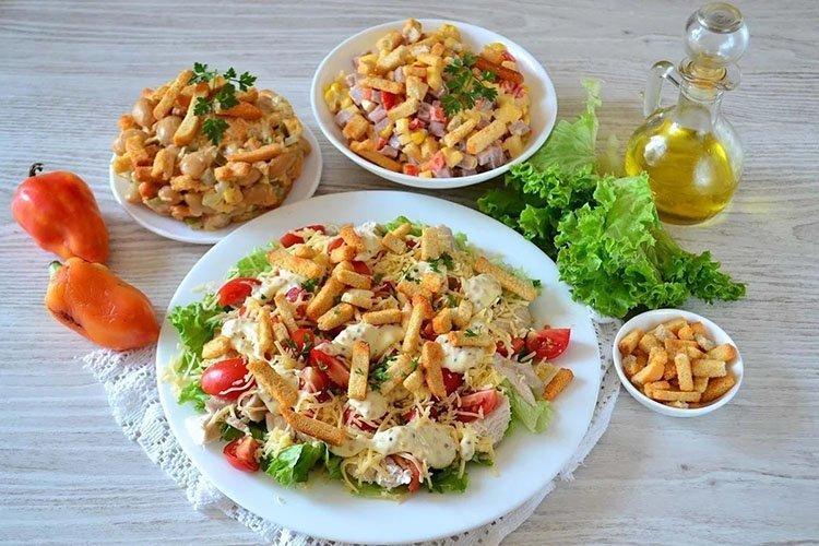 15 вкусных салатов с колбасой и сухариками, которые стоит приготовить