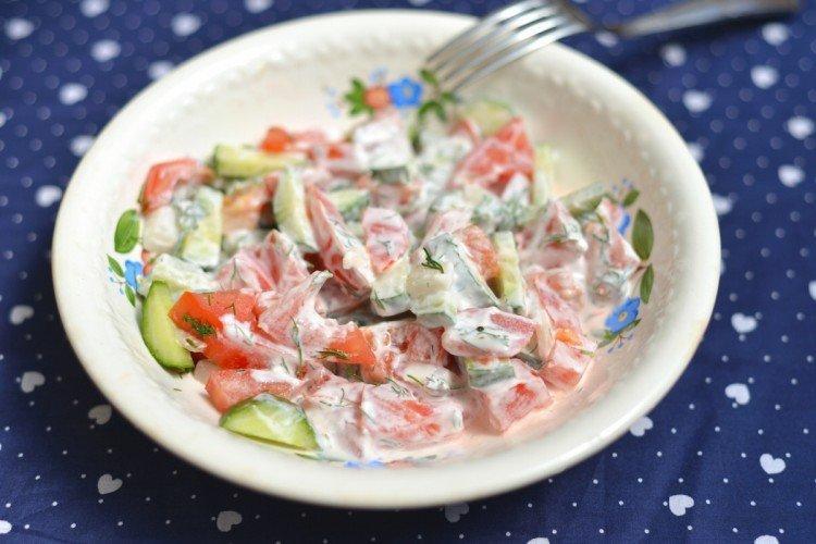 Салат с помидорами, огурцами и перцем со сметанной заправкой