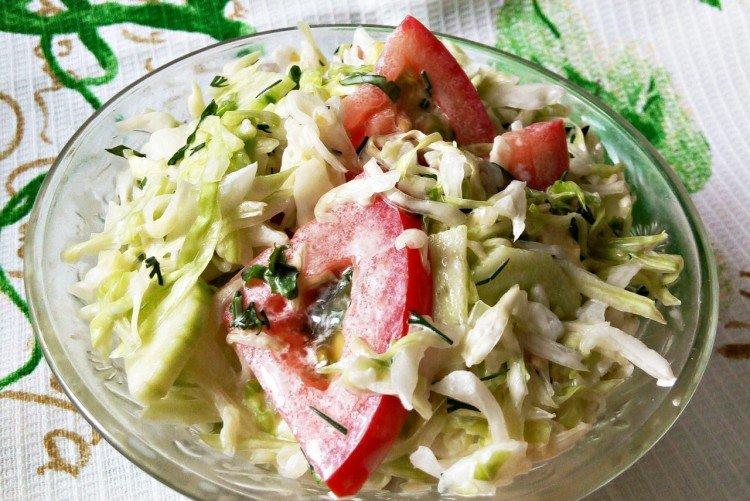 Салат с помидорами, огурцами и дайконом