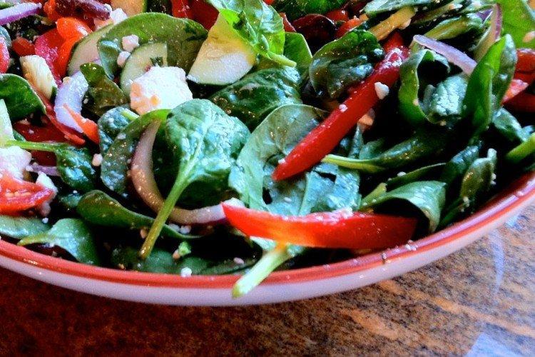 Салат с огурцами, помидорами, шпинатом и фетой