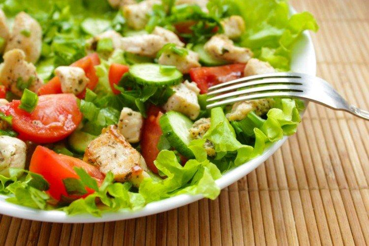 Салат с помидорами, огурцами, курицей и брынзой