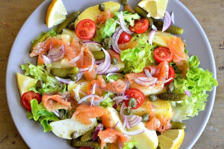 Салат с огурцами, помидорами, картофелем и рыбой
