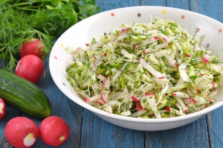 Салат с капустой, огурцами и редиской