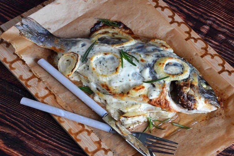 Рыба со сметаной, запеченная в фольге