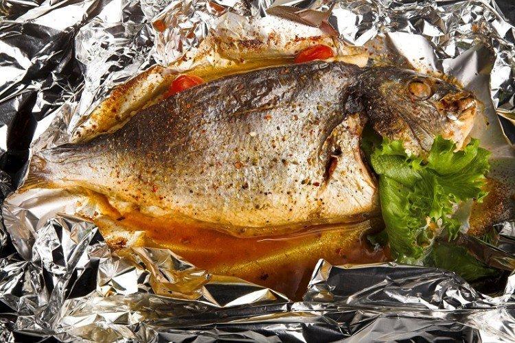 Рыба с орехами, запеченная в фольге