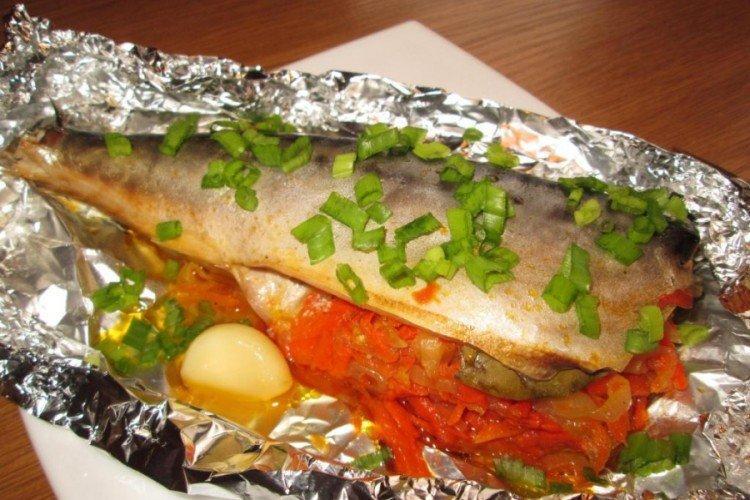 Рыба с томатами, запеченная в фольге
