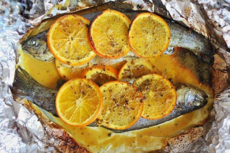 Рыба с апельсинами, запеченная в фольге