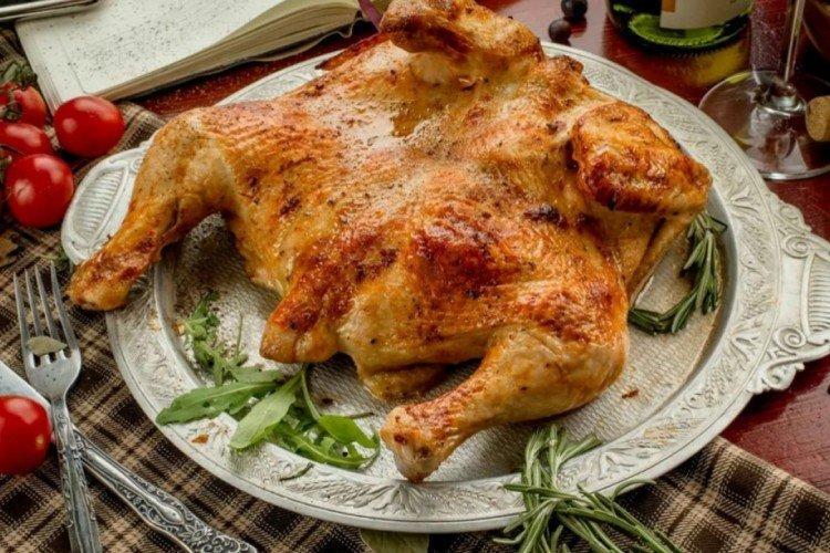 Целая курица на сковороде