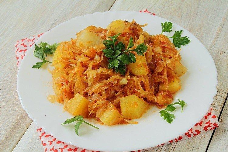 Капуста, тушеная с картошкой – классический рецепт