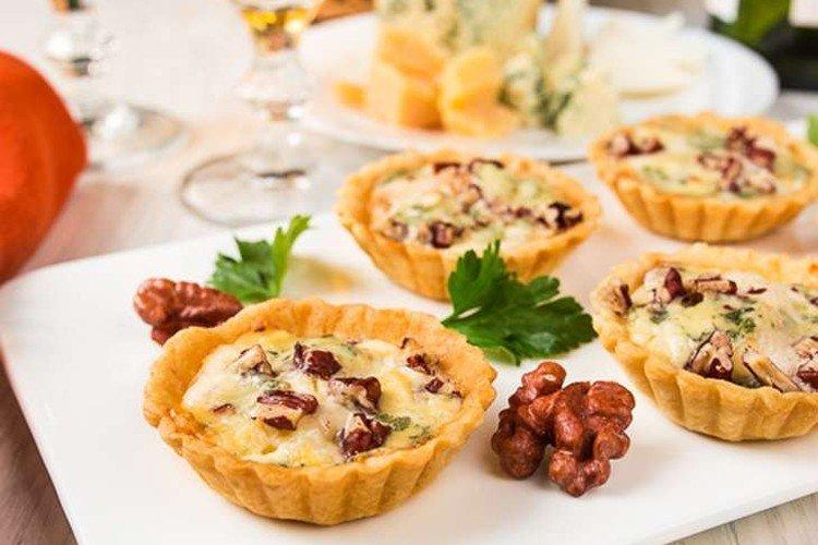 Тарталетки с беконом и сыром дорблю